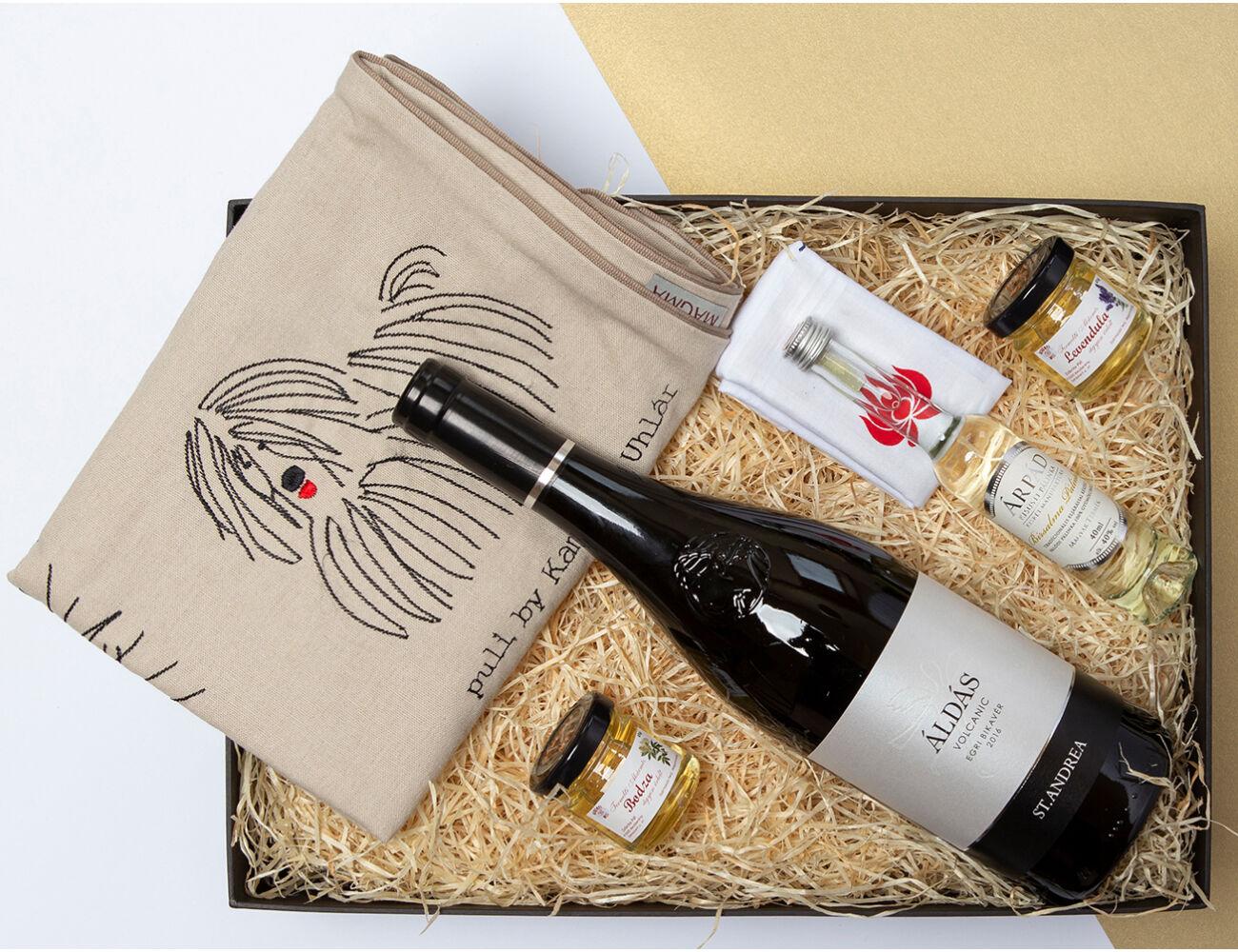Hungarikumok Egri Bikavérrel ajándékcsomag - hímzett párna, bor, pálinka, mézek, matyós díszzsebkendő.