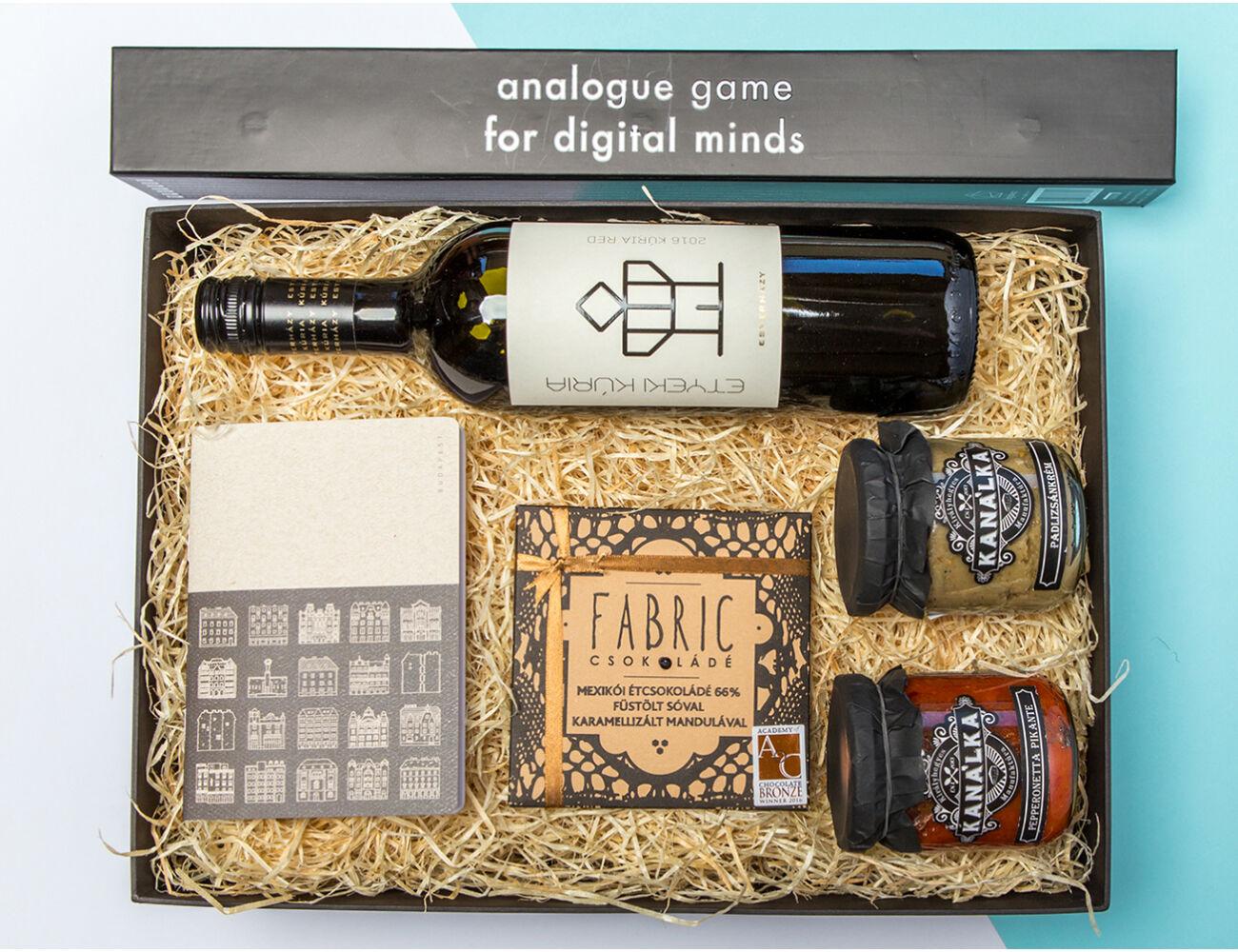 Férfiaknak való ajándékcsomag - design-füzet, finomságok, logikai játék