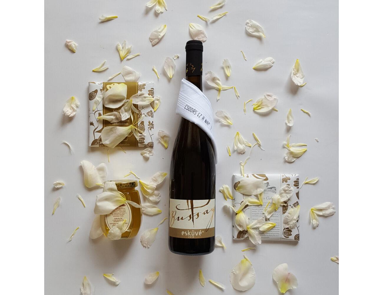 Nászajándék aranyban ajándékcsomag- bor, csokik, méz