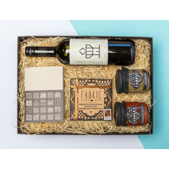 Férfiaknak való ajándékcsomag - Budapest design-füzet, étcsoki, chutneyk, bor