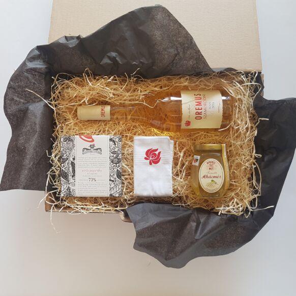 Magyaros ajándék csomag piros - bor, csoki, méz, matyós díszzsebkendő